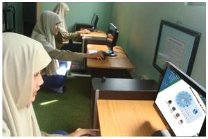Siswa memenfaatkan perpustakaan digital untuk mencari buku buku elektronik.