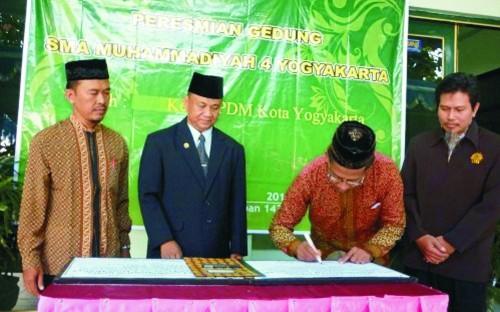 PDM Kota Yogyakarta (Kanan) menandatangani prasasti fasilitas baru SMAM 4 Yogya. (Foto: Warisman)